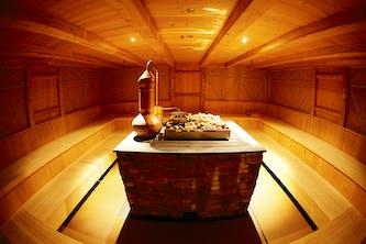 Eine Sauna von vielen im Tropical Islands Resort mit mehreren Eingängen und rundum Sauna mit Aufguss und alles in einem zeitlosen Style - sehr einladend zum Saunieren