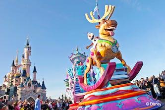 Parade Disneyland Paris täglich in der Nähe vom Dornröschen Märchenschloss das Wahrzeichen von Disney mit einem Drachen im Keller - bei der Parade sind alle bekannten Disneyfiguren zu sehen